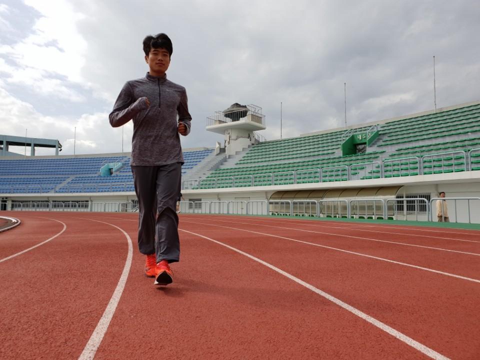 김태진이 22일 제주종합경기장 주경기장 트랙을 뛰고 있다.